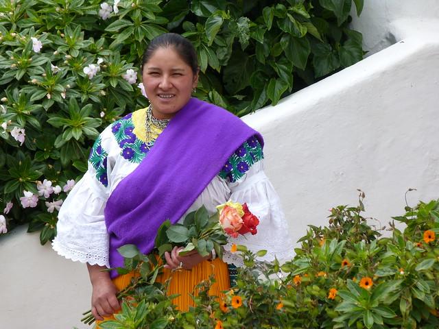 Mujer sosteniendo unas rosas en la Hacienda la Compañía (Ecuador)