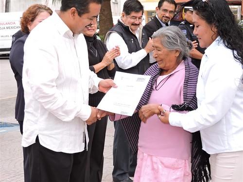 Gobierno Municipal entrega paquetes de láminas a personas necesitadas