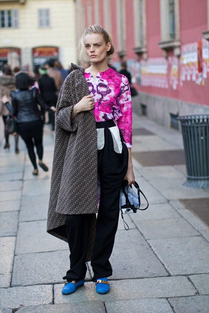la-modella-mafia-Hanne-Gaby-Odiele-Street-Style-blue-loafers-with-gold-chains