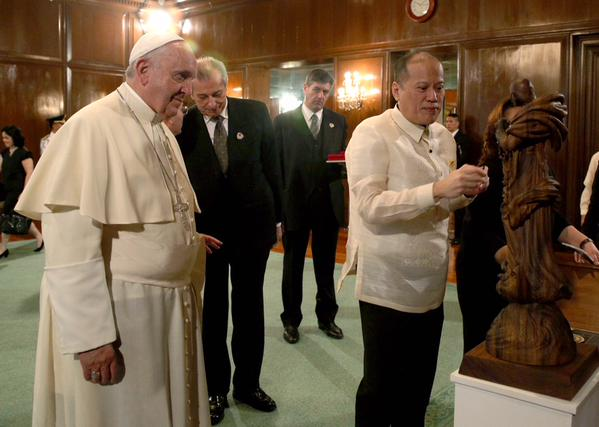 Exchange of gifts between Pope Francis and President Aquino
