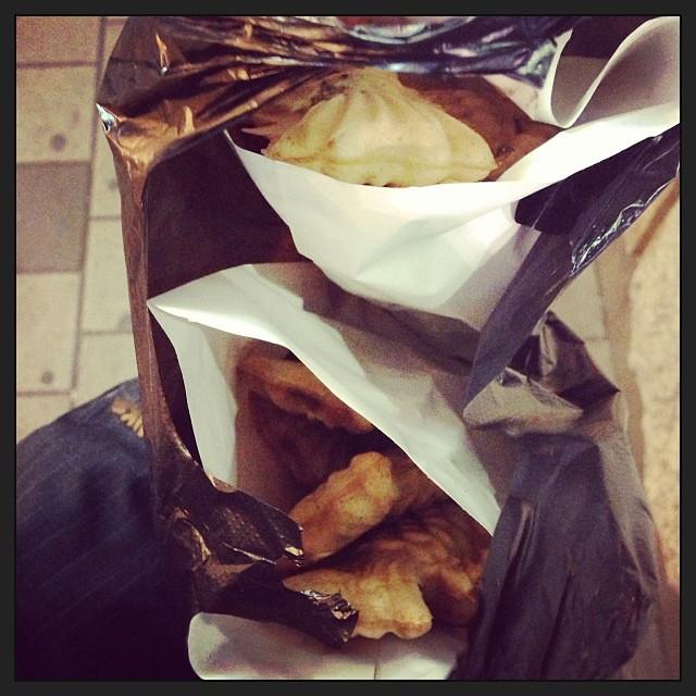 #붕어빵 요즘은 다 잉어빵이라 찾아보기 힘든 붕붕어빵!! 역시 신풍역엔 계속 있구나.  지금은 천 원에 7마리!! (원랜 10마리렸음) 두 봉지 샀음~ #먹스타그램 #붕어빵