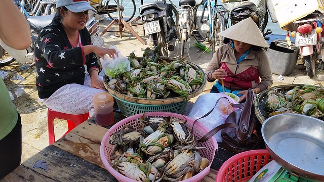 Women selling river crab and having breakfast at the Hoi An Market.
