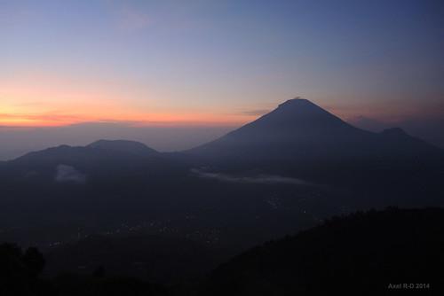 mountain sunrise indonesia volcano java nuages montagnes leverdesoleil volcan diengplateau jawatengahcentraljava gunungsindoro