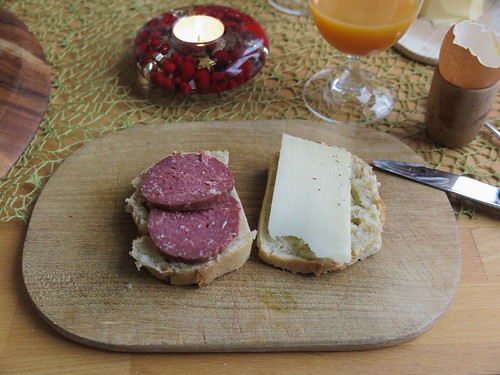 Salami vom Galloway Rind und Manchego-Käse auf noch warmem Weißbrot