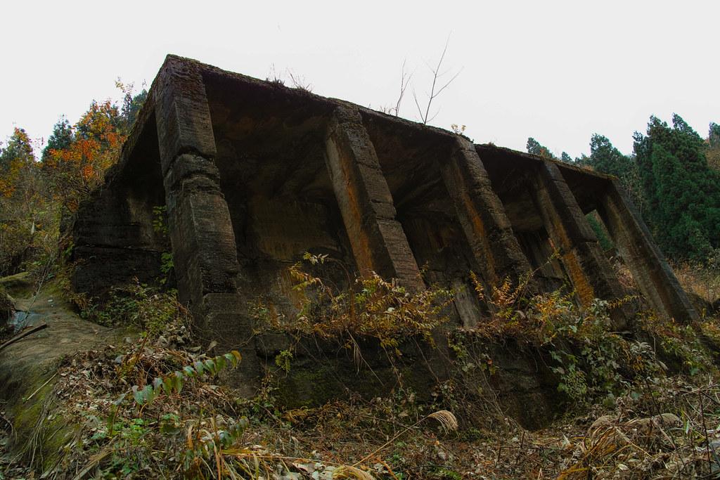山の斜面に面して建っている