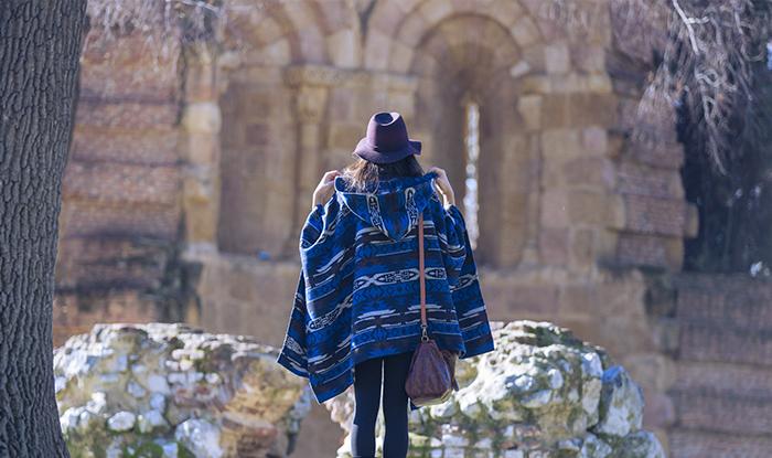 street style barbara crespo hake blue poncho cape burgundy zara hat el retiro fashion blogger outfit blog de moda