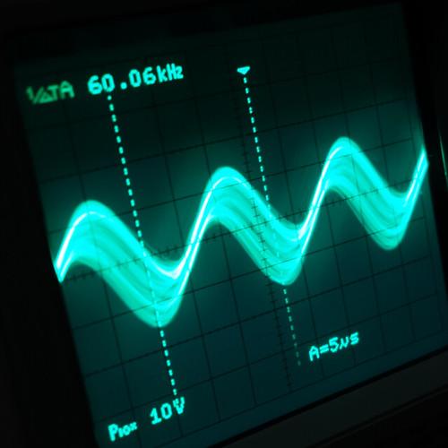 Oscilloscope_Old Network Switch On_Subwoofer On_F60k_Pin5_1 オシロスコープの画面を撮影した写真。ノイズ波形が表示されている。