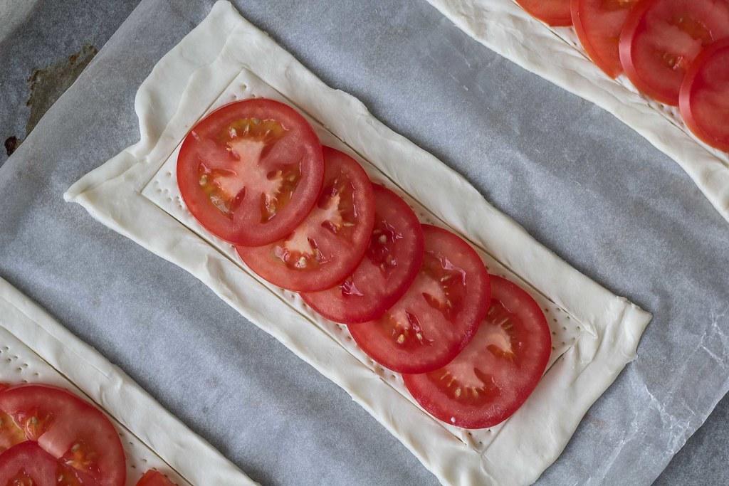 Butterdejstærter med tomat, basilikum og feta (3)