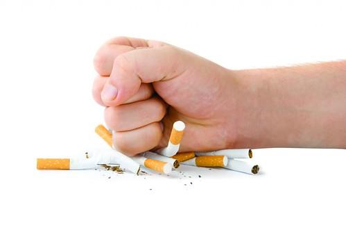 Hút thuốc lá – tăng nguy cơ run tay chân ở người trẻ