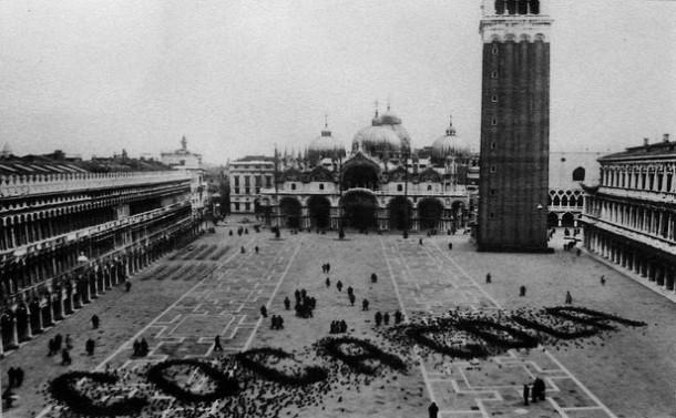 coca cola граффити голубями на площади Св. Марко в Венеции