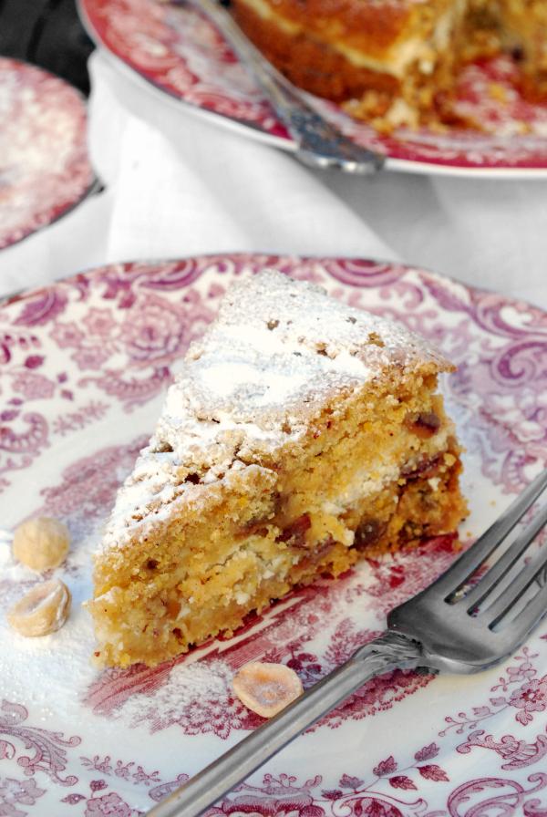 Tarta de polenta, dátiles y requesón