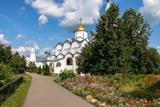 Beautiful church and garden in Convent of Intercession, Suzdal, Russia スズダリ、ポクロフスキー修道院の教会と庭園