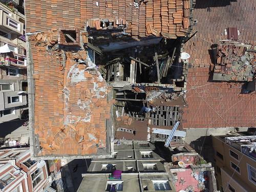 Régi ház, beszakadt tetővel