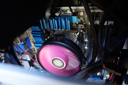 my PC_5 自作PCの側板を開けて中身を撮影した写真。CPU ファンが回転している。