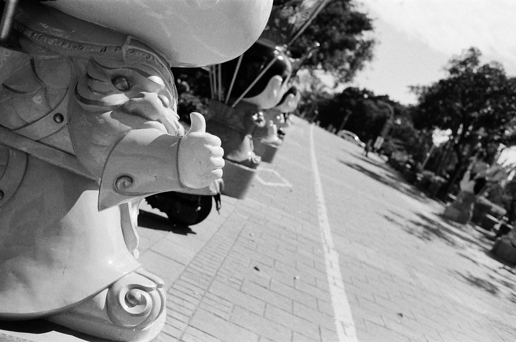 高雄愛河 Taiwan / Kodak TRI-X 400 / Nikon FM2 有的時候其實就是希望給個贊,讓自己可以輕鬆的走下去。  喔,好像給對方也是可以齁。  Nikon FM2 Nikon AI AF Nikkor 35mm F/2D Kodak TRI-X 400 / 400TX 3123-0015 2016-02-07 ~ 2016-04-04 Photo by Toomore