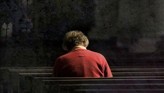 Persona rezando una oración en silencio y paz espiritual