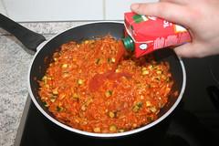 42 - Bei Bedarf Tomatensaft nachgießen / Add toma…