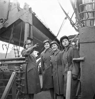 CWAC members preparing to disembark from a troopship, Gourock, Scotland / Membres du SFAC se préparant à débarquer d'un navire de transport de troupes à Gourock, en Écosse