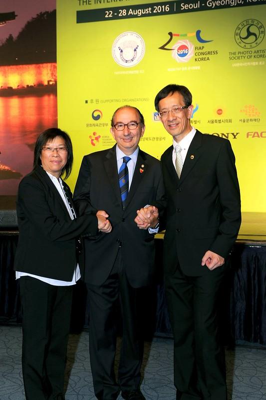 58 澳門代表林健璋及黃碧茜與FIAP主席Riccardo Busi(中)