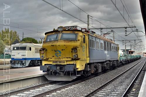 Dos joyas del ferrocarril español en HDR....(269.604 + 251.028)