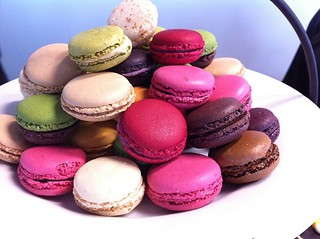 800px-Macarons_French_made_mini_cakes