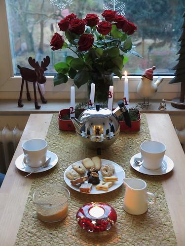 Tee am Nikolaustag mit Weihnachtsplätzchen von meiner Mutter