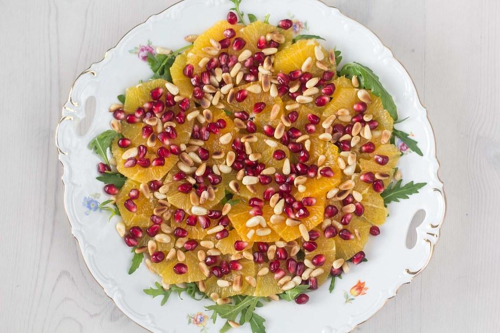 Appelsinsalat med granatæble og pinjekerner (2)
