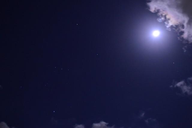 満月とオリオン座_20141207明け方 The full moon and Orion