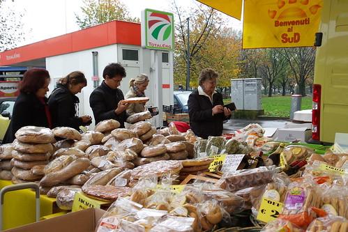 La fila del pane al mercato