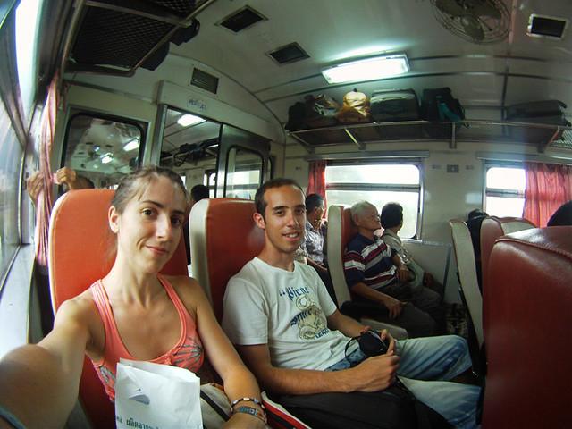 Dentro del tren, sonrientes, camino de Ayutthaya desde Bangkok