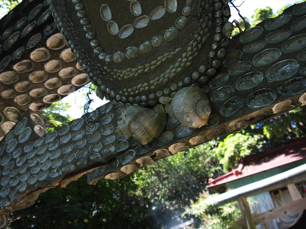 鳥居は貝殻で覆われている