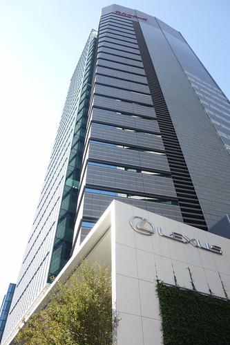 "Aoyama_6 青山にある高層ビルディングを撮影した写真。 ""青山OM-SQUARE""。 直下から見上げて撮影したもの。"
