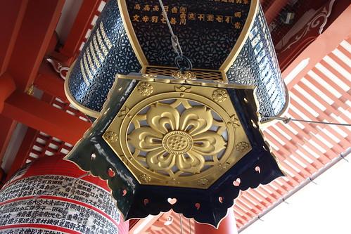 "Asakusa_6 ""浅草寺宝蔵門"" の吊灯籠の底面の写真。"