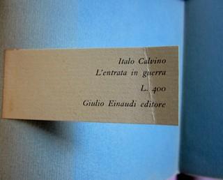 L'entrata in guerra, di Italo Calvino. Einaudi 1954. [Progetto grafico di Albe Steiner]. talloncino porta prezzo. (part.), 1