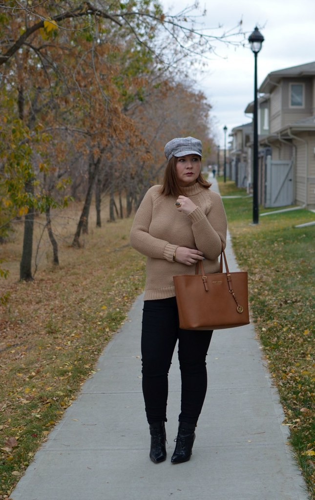 Fabulous-30s-beige-and-black-knit-sweater-curvy-fashion-blogger-outfit-ideas
