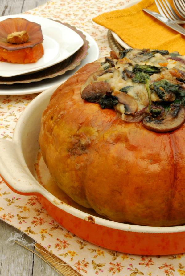 calabaza rellena de espinacas, champiñones y queso cheddar