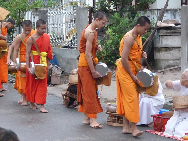 Monjes budistas en el Tak Bat o ceremonia de entrega de limosnas (Luang Prabang, Laos)
