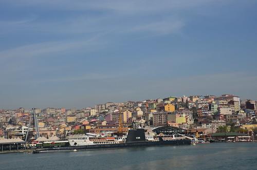 Zwischen Yachten und anderen Booten ist auch ein schwarzes U-Boot