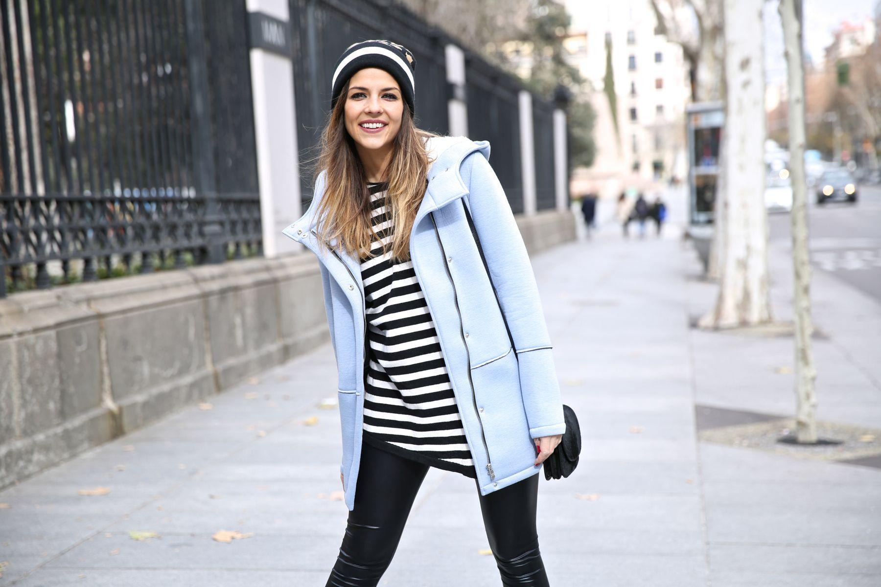 Look sport con gorro de lana, zapatillas, leggings y jersey de rayas