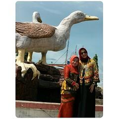 "#AllahBless #Amuntai #Kalsel ♥♥ Mencari landmark ibukota Kabupaten Hulu Sunfai Utara, Amuntai tidak sulit. Simbol kota Amuntai adalah itik atau bebek ""ALABIO"" yang artinya ""aku cinta padamu."" Rupanya Amuntai dulu adalah onderneming (perkebunan) Belanda. S"