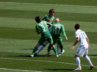 徳島のジオゴ選手にプレスを掛ける深津選手と土屋選手。