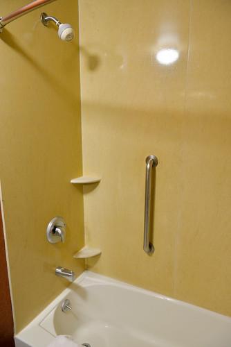 【蓮蓬頭及浴缸】空間還算寬敞