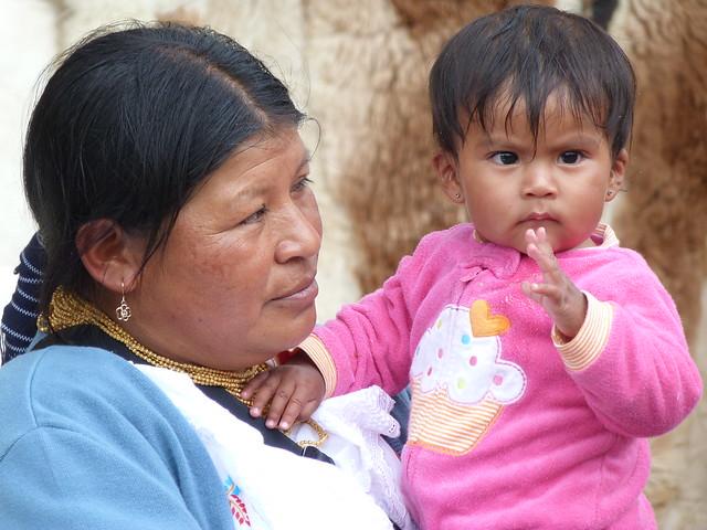 Mujer y niña en Otavalo (Ecuador)