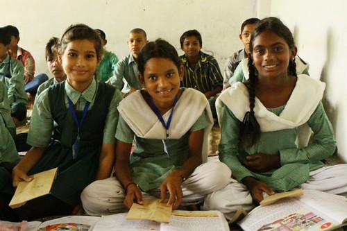 莫拉達巴德的小學生,拿著繭裹子贈送的牙刷。照片提供:繭裹子。