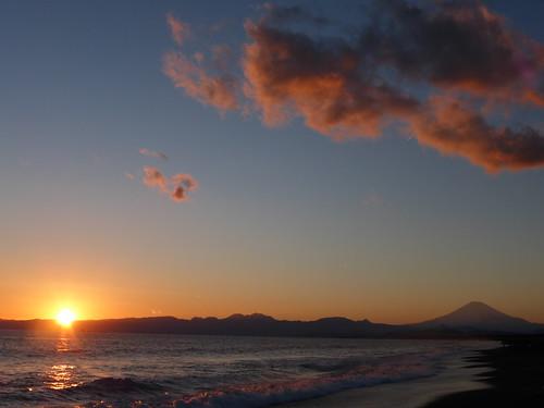 winter sunset red sea sky orange cloud sun japan clouds fuji wave lovely 冬 太陽 夕日 海 空 富士山 shonan mtfuji オレンジ 湘南 波 赤 黄金色