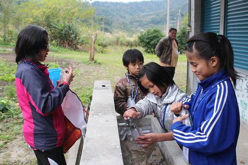 孩子們幫忙老師準備教具。