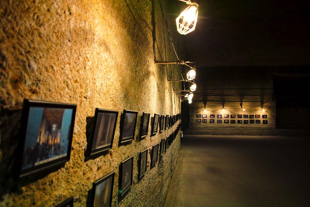 大谷資料館でPV撮影を行ったアーティストの写真などが飾られている