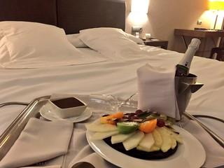 Cava, fruta y chocolate en nuestra habitación en el Hotel Balneario Villa de Olmedo (Valladolid)