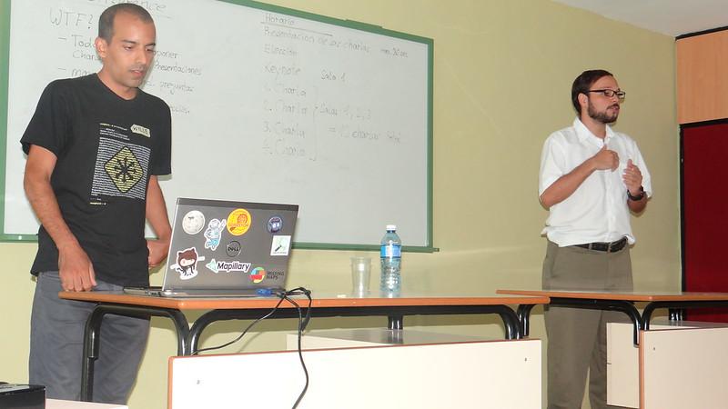 OSM in CubaConf - Wille presentando y Julio haciendo tradución para Inglés