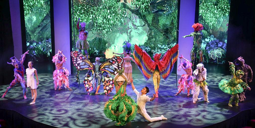 《河内景点推荐》Ionah Show:结合舞蹈、特技、魔术与光影投射的现代舞剧表演。